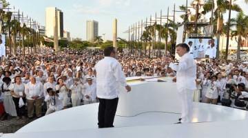 El Presidente Juan Manuel Santos y el jefe de las Farc, Rodrigo Londoño, utilizaron el balígrafo para firmar el Acuerdo Final de Paz.