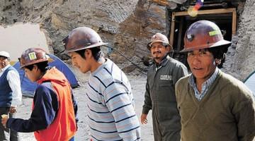 Colquiri-Cooperativistas-mineros-caminan-sector_LRZIMA20120606_0028_3