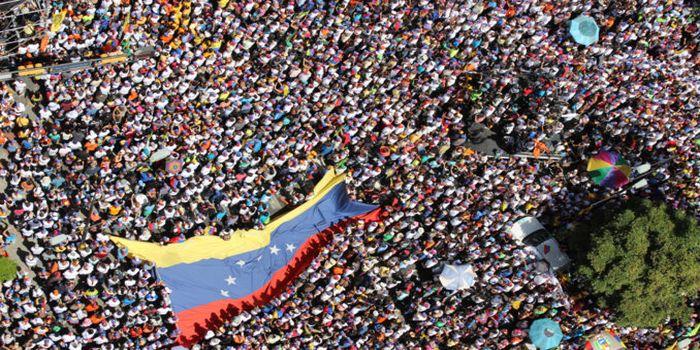 Venezuela: multitudinarias marchas del chavismo y la oposición en Caracas