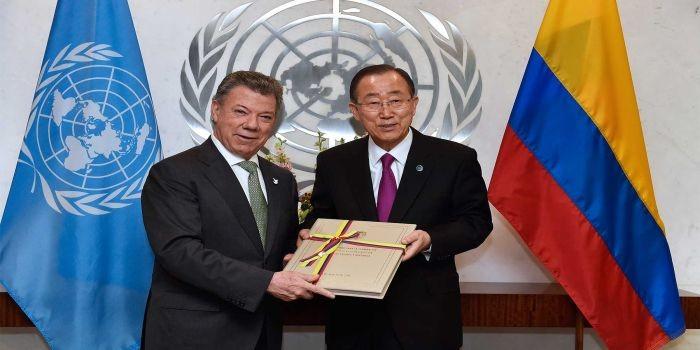 """El Presidente Juan Manuel Santos le entregó este lunes una copia del Acuerdo de Paz logrado en Colombia al Secretario de las Naciones Unidas, Ban Ki-moon. """"Colombia cuenta con todo nuestro apoyo"""", expresó el Secretario de la ONU."""