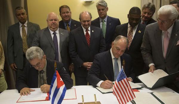 Firma de Memorando de entendimiento entre del estado de Louisiana, y Cuba. Por la parte cubana firmo Manuel Perez, Jefe Nacional de Administracion Portuaria, y el Gobernador Jhon Bel Edwar, por la norteamericana. Foto: Ismael Francisco
