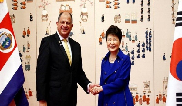 Park-Geun-Hye-y-Luis-Guillermo-Solís-en-Seúl-Corea-del-Sur.-EFE-660x330