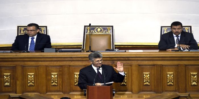 The new president of the Venezuelan parliament, Henry Ramos Allup (C), flanked by first vice president Enrique Marquez (L) and second vice president Simon Calzadilla (R), speaks during the swearing-in ceremony in Caracas, on January 5, 2016.  Venezuela's President Nicolas Maduro ordered the security forces to ensure the swearing-in of a new opposition-dominated legislature passes off peacefully Tuesday, after calls for rallies raised fears of unrest. AFP PHOTO/JUAN BARRETO / AFP / JUAN BARRETO