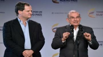 El jefe de la Delegación del Gobierno, Humberto de la Calle, acompañado por el Alto Comisionado para la Paz, Sergio Jaramillo, ofrece una declaración antes de viajar a La Habana.
