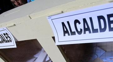 28 de OCTUBRE de 2012/SANTIAGO Una persona realiza sus sufragio en una mesa de votacion del campus oriente de la Universidad Catolica, durante las elecciones de Alcaldes y Concejales 2012 FOTO: OSVALDO VILLARROEL / AGENCIAUNO