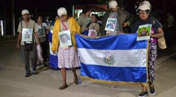 Las madres y los padres de la 12 caravana Buscamos Vida en Caminos de Muerte llegaron a Ixtepec con banderas de sus países de origen y fotografías de sus familiares desaparecidos