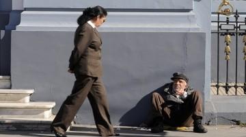16 de Mayo de 2011  En el barrio puerto de Valparaíso se encuentra una cantidad notable de indigentes que se ponen a pedir dinero a los transeúntes para poder comer o sobrevivir. En la imagen un indigente pide dinero a una señora que lo mira atentamente al cruzar por su lado. FOTO: PABLO OVALLE ISASMENDI/AGENCIAUNO