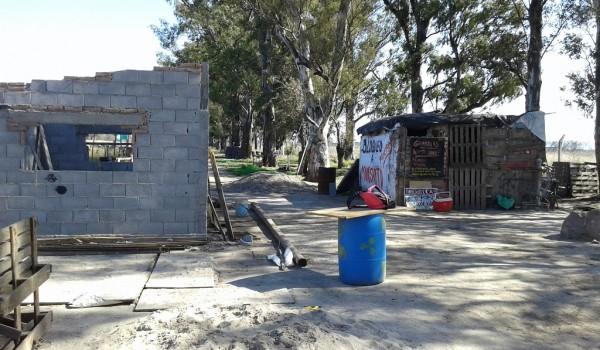 Casa de ladrillos a medio construir y la biblioteca