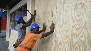 Trabajadores-Jamaica-protegen-ventanas