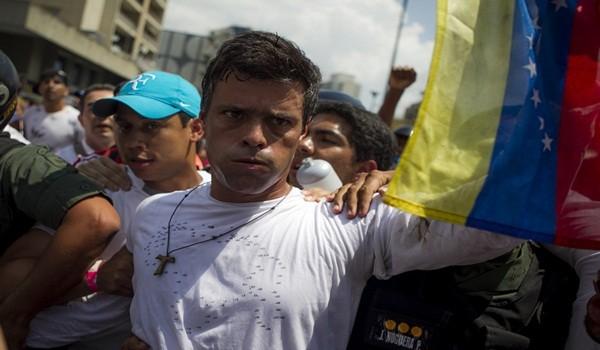CAR102. CARACAS (VENEZUELA), 18/02/2014.- El dirigente opositor venezolano Leopoldo López se entrega a miembros de la Guardia Nacional (GNB, policía militarizada) hoy, martes 18 de febrero de 2014, en una plaza en Caracas (Venezuela). López, contra el que pesa una orden de captura por los incidentes del pasado miércoles al término de una marcha que dejaron tres muertos, fue introducido en un vehículo blindado de la GNB que salió entre cientos de seguidores de López, según pudo constatar Efe. EFE/ MIGUEL GUTIÉRREZ