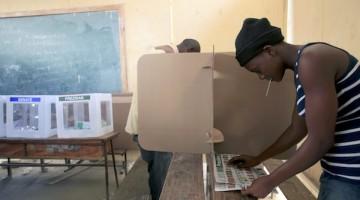 HAI104 - PUERTO PRÕNCIPE (HAITÕ), 28/11/2010.- Ciudadanos votan en el colegio electoral de Belair, durante las elecciones presidenciales, hoy 28 de noviembre, en Puerto PrÌncipe (HaitÌ). EFE/Orlando BarrÌa