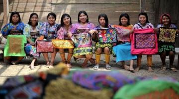 Necoclí(Antioquia) 16/03/2015 . - Indigenas de la etnia kuna, que se dedican a la elaboración de las molas, artesanias tipicas de su cultura. Foto Oscar Perez