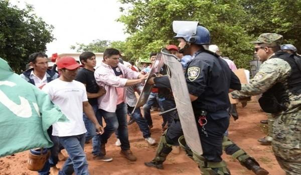 momento-en-que-un-grupo-de-30-campesinos-eran-repelidos-a-empujones-por-los-policias-antimotines-_807_573_1431872