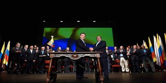 El Presidente Juan Manuel Santos y el líder de las Farc, Rodrigo Londoño, se saludan durante la ceremonia en la que firmaron el Acuerdo Final.