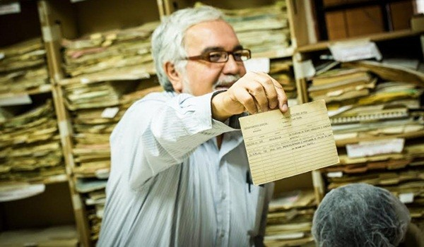 Alberto Fuentes Rosales holds up an official police order to arrest and 'disappear' a Guatemalan civilian suspected of sympathizing with the rebel movement. Historic Archives of the National Police in Guatemala City (HAPG/AHPN).