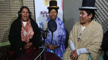 """BOL001. LA PAZ (BOLIVIA), 25/12/2016.- Fotografía del 15 de diciembre de 2016 de Exalta Sinka (i), Eugenia Quispe (c) y Dolores Marca (d), tres indígenas aimaras durante una transmisión de radio en El Alto, ciudad vecina a La Paz (Bolivia). Si el Gobierno no hace lo necesario en Bolivia para concienciar sobre la discapacidad, será desde la radio donde se haga como se han propuesto varias mujeres con hijos con diversidad funcional con el programa radial """"Distint@s e Iguales"""". EFE / MARTIN ALIPAZ"""