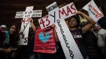 (161226) -- CIUDAD DE MEXICO, diciembre 26, 2016 (Xinhua) -- Mujeres sostienen pancartas durante una procesión de familiares de los 43 estudiantes desaparecidos de Ayotzinapa a la Basílica de Guadalupe en la Ciudad de México, capital de México, el 26 de diciembre de 2016. De acuerdo con información de la prensa local, el lunes se cumplen 27 meses de la desaparición de los estudiantes. (Xinhua/Francisco Cañedo) (ma) (vf)