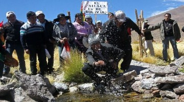 BOL13. SILALA (BOLIVIA), 29/03/2016.- - El presidente de Bolivia Evo Morales juega en uno de los manantiales de las aguas del Silala hoy, martes 29 de marzo de 2016, en Silala (Bolivia). El Gobierno de Bolivia convocará a juristas y expertos en recursos hídricos para alistar la demanda que presentará en la Corte de La Haya contra Chile por el uso sin pago durante más de un siglo de las aguas de la zona del Silala y por el que se calcula una deuda de más de mil millones de dólares. EFE/MARTIN ALIPAZ POOL