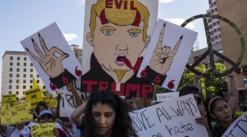 NMJ15. ALBUQUERQUE (NM, EE.UU.), 24/05/2016.- Manifestantes protestan a las afueras de un mitin del aspirante a la Casa Blanca, el republicano Donald Trump, hoy, 24 de mayo de 2016, en Albuquerque, Nuevo México. Un grupo de manifestantes contrarios al candidato republicano lanzaron hoy rocas y botellas contra la Policía que protegía el centro de convenciones de Albuquerque, donde el magnate dio un mitin entre simpatizantes. EFE/Juan Labreche