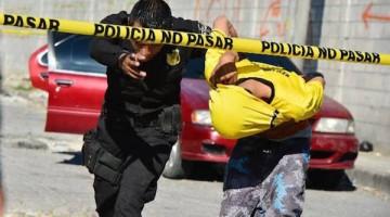 San Salvador .-18122014 Tres sujetos no identificados fueron capturados por el delito de robo de vehiculos. Los detenidos fueron interceptados por la PNC  en el sector de la tutunichapa , lugar donde inicio la pesecución y culmino en la 19 oriente cerca del mercado san miguelito.   Foto René Quintanilla