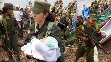 Al abrazar la reconciliación y la reincorporación a la vida civil gracias a los acuerdos de paz, guerrilleros de la Farc, entre ellos una insurgente y su bebé, desembarcan en una región de Tierralta (Córdoba).