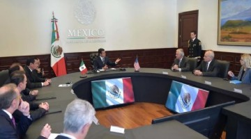 (170223) -- CIUDAD DE MEXICO, febrero 23, 2017 (Xinhua) -- Imagen cedida por la Presidencia de MÈxico, del presidente mexicano, Enrique PeÒa Nieto (c), participando durante una reuniÛn con los secretarios estadounidenses de Estado, Rex Tillerson (3-d-frente), y de Seguridad Nacional, John Kelly (2-d), en la Ciudad de MÈxico, capital de MÈxico, el 23 de febrero de 2017. De acuerdo con un comunicado oficial, PeÒa hizo Ènfasis a Tillerson y a Kelly sobre el valor de la relaciÛn bilateral y la importancia del di·logo en una negociaciÛn que resulte beneficiosa para las dos naciones. (Xinhua/Presidencia de MÈxico) (da) (fnc)