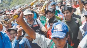 Protesta-Cocaleros-bloqueo-Yungas-octubre_LRZIMA20101105_0003_3