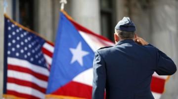 Un-miembro-de-la-Guardia-de-Honor-del-Ejército-de-EE.UU_.-rinde-homenaje-a-las-banderas-de-Puerto-Rico-y-Estados-Unidos-580x386