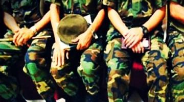 militares-sentados-990x460