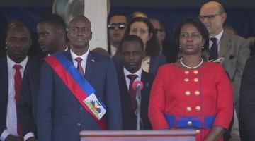 HAI02. PUERTO PRÍNCIPE (HAITÍ), 07/02/2017.- El nuevo presidente haitiano, Jovenel Moise (i), junto a su esposa Martine Marie Etienne Joseph (d), durante su ceremonia de investidura, en el Palacio Legislativo en Puerto Príncipe (Haití) hoy, martes 7 de febrero de 2017. Moise de 48 años, asumió hoy la Presidencia de Haití para los próximos cinco años. EFE/Orlando Barría