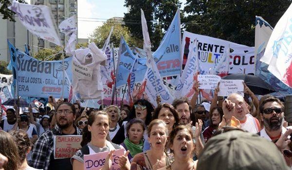 Masiva marcha de docentes y estatales de la provincia de Buenos Aires