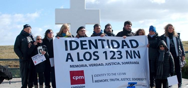 Argentina: Minuto de aplausos en el Cementerio de Darwin por los caídos en Malvinas