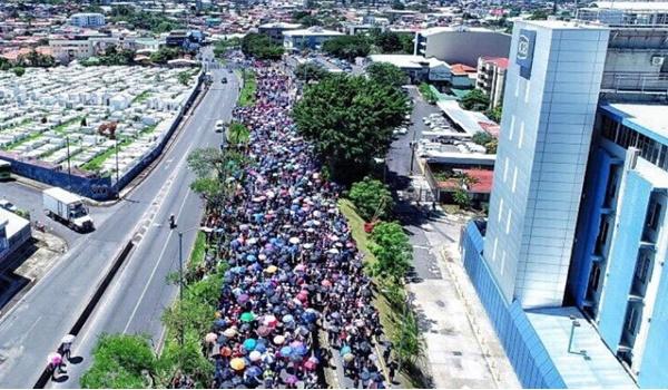 e5607597e0 Huelga en Costa Rica  multitudinaria marcha en rechazo a la represión  policial en la universidad - NODAL