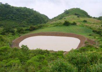 """Leyenda/crédito foto: """"Atajados"""", o pequeñas lagunas artificiales, permiten a familias campesinas tener agua para sus cultivos en épocas de sequía. / www.riegobolivia.org"""