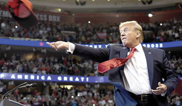 El republicano lanza una gorra en un mitin en Florida, ayer. Foto: AP