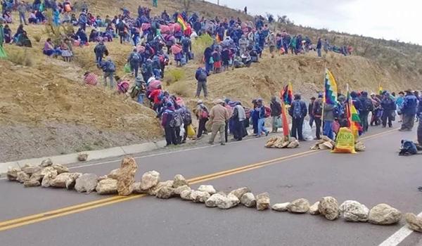Bolivia: se multiplican los bloqueos en varias regiones para exigir  elecciones y por falta de comida - NODAL