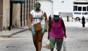 Mujeres portan mascarillas como medida de prevención contra la enfermedad causada por el nuevo coronavirus (COVID-19) mientras caminan en una calle de La Habana Vieja, en La Habana, capital de Cuba, el 6 de abril de 2020. (Xinhua/Joaquín Hernández).