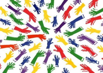 Manos de diferentes colores se acercan al centro y cubren todo el recuadro visual.