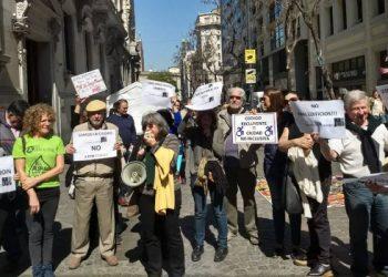 Foto: Un grupo de personas con carteles en rechazo a los códigos de Edificación y Urbanístico en la Ciudad de Buenos Aires, en ella Silvia Coriat habla a através de un megáfono.